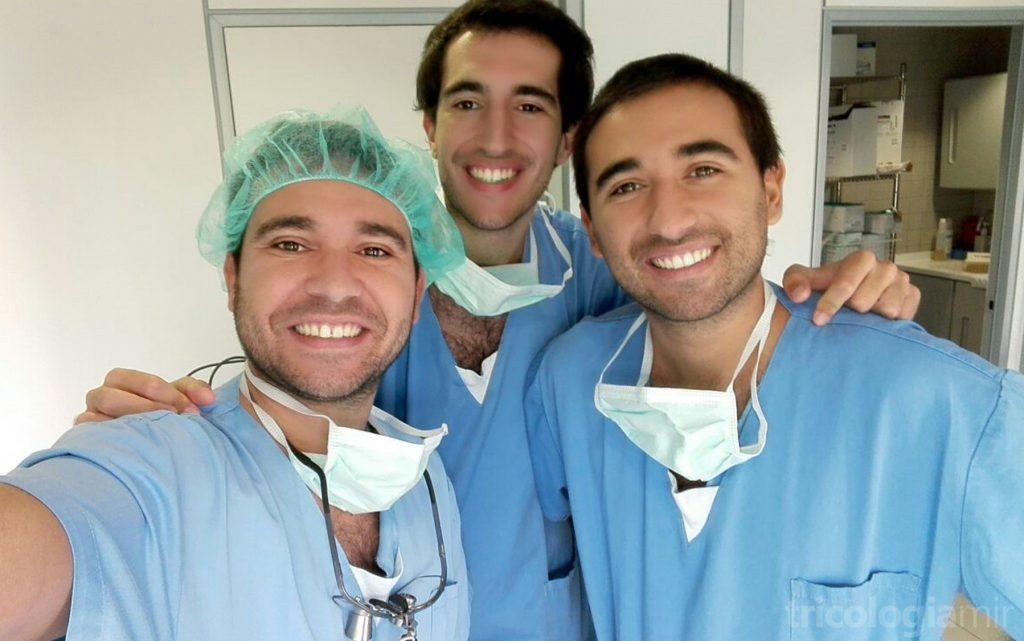 Els 3 germans Mir durant una cirurgia de trasplantament capil.lar (d'esquerra a dreta: José María, Marc i Joan)
